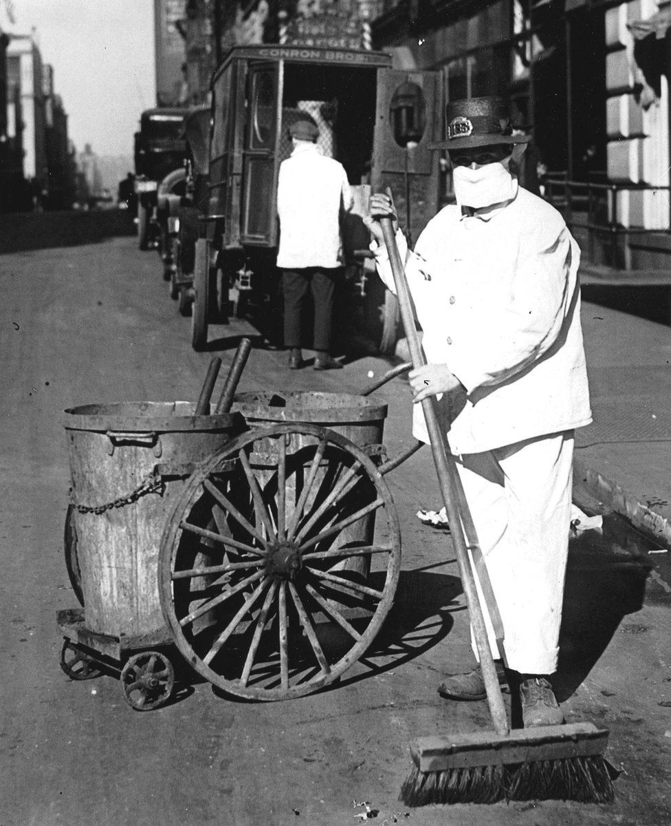 New York'ta sokakları süpüren işçiler maske takıyordu