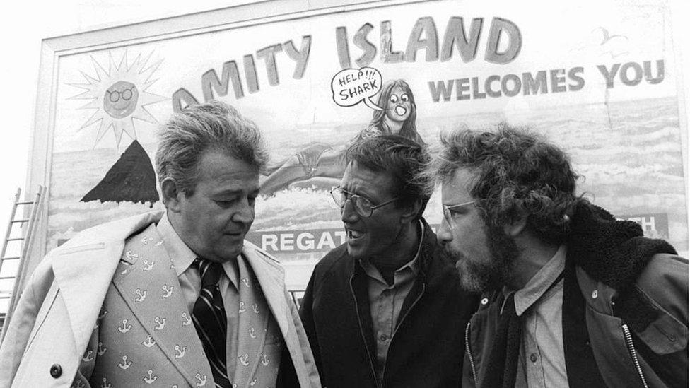 """Escena de la película """"Tiburón"""", con el alcalde Larry Vaughn interpretado por actor Murray Hamilton (izq.)"""