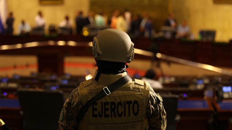 Militares en el congreso salvadoreño