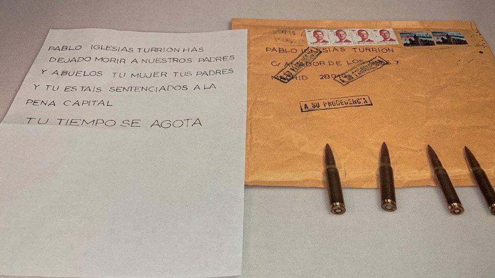 Sobre y carta con balas dirigidas al político español Pablo Iglesias