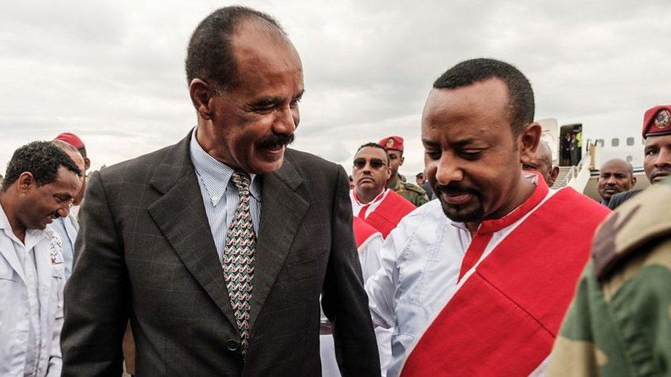 يتمتع رئيس الوزراء الإثيوبي آبي أحمد (إلى اليسار) بعلاقات جيدة مع رئيس إريتريا أسياس أفورقي
