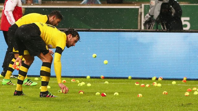 Dortmund fans' tennis ball protest over ticket prices
