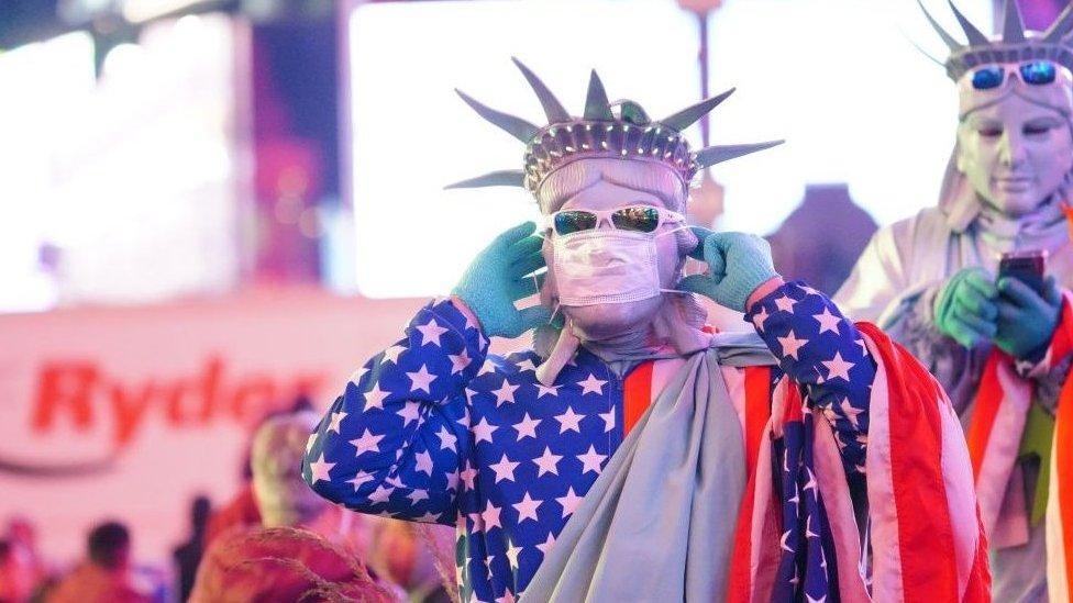 紐約時代廣場戴口罩的街頭表演者
