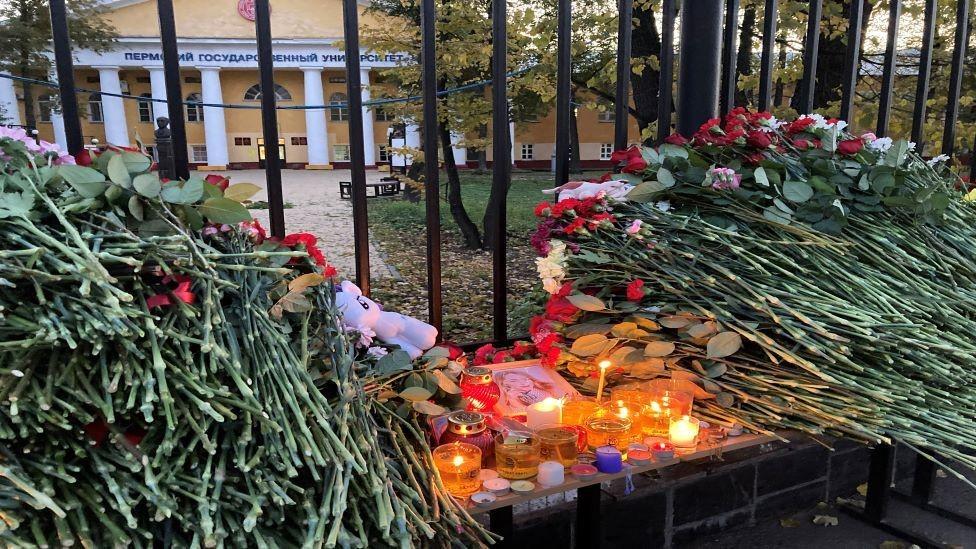 Заплаканные студенты и полицейские в касках. Пермь скорбит по погибшим в университете
