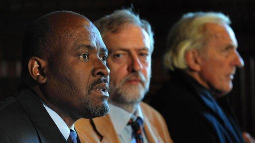 Louis Olivier Bancoult, líder chagosiano (izq.), junto a Jeremy Corbyn, actual líder de la oposición en Reino Unido, y el periodista John Pilger en una foto de archivo.