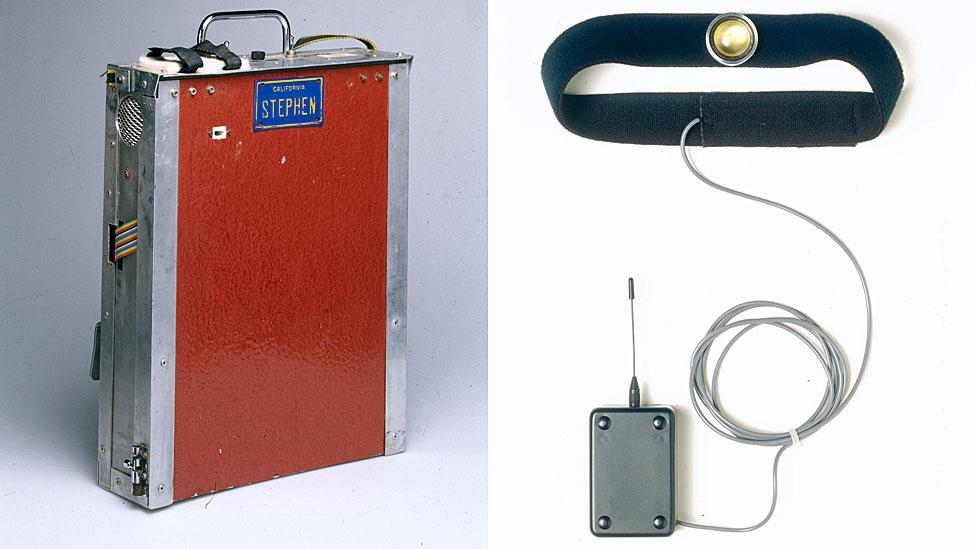 A la izquierda, la computadora y carcasa del sintetizador de voz utilizado por el físico teórico inglés Stephen Hawking; a la derecha, la correa para la garganta para conectar su sintetizador de voz a un teléfono móvil (1999).