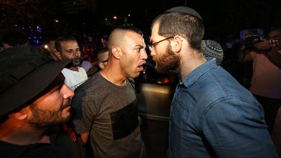 Hombre palestino y hombre judío discuten en Sheij Jarrah.