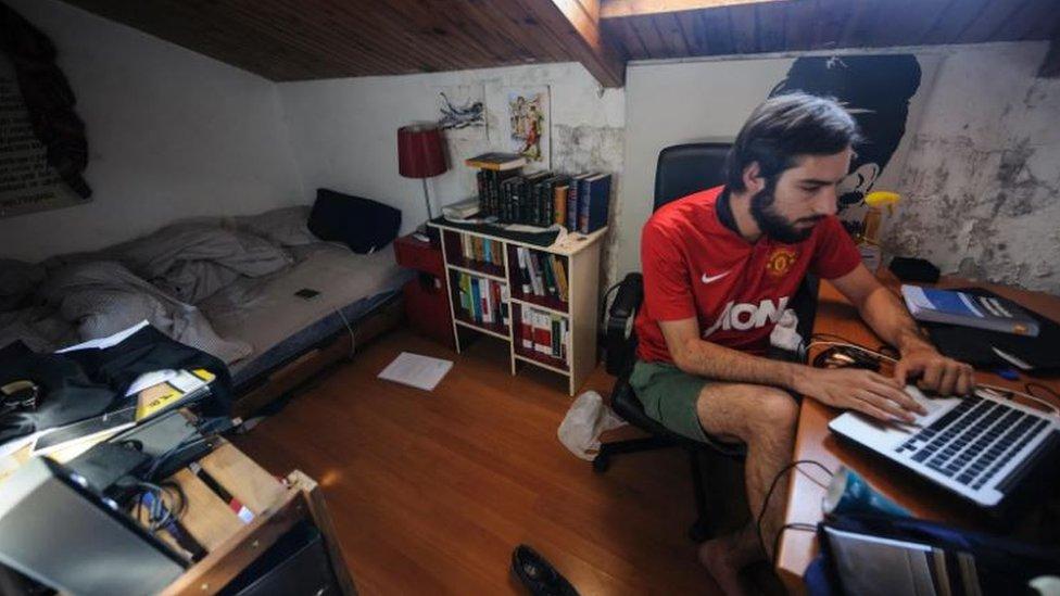 Hombre en una pequeña habitación