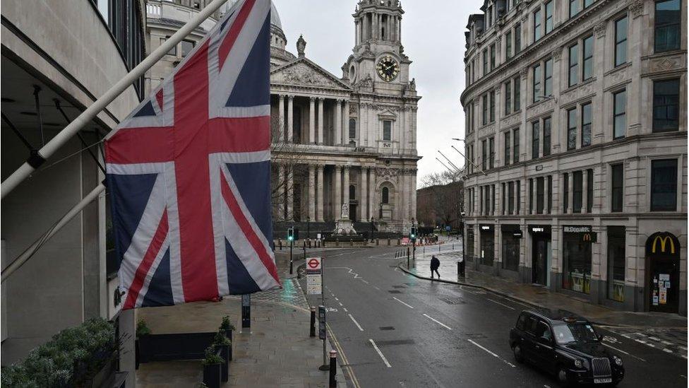 Коронавирус: в Британию перестали пускать без справки, ВОЗ говорит о моральной катастрофе