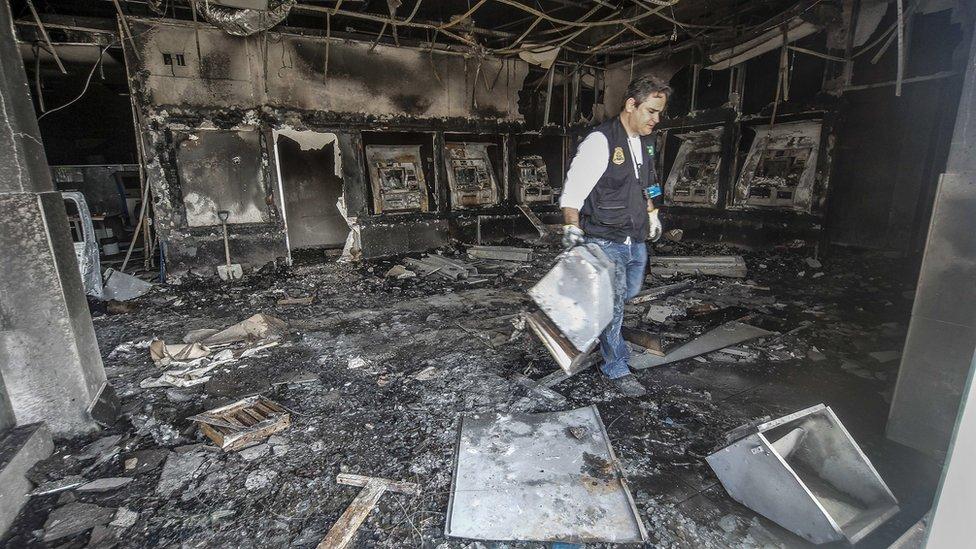 A pesar de la violencia, las autoridades dicen que los negocios reabrieron sus puertas.