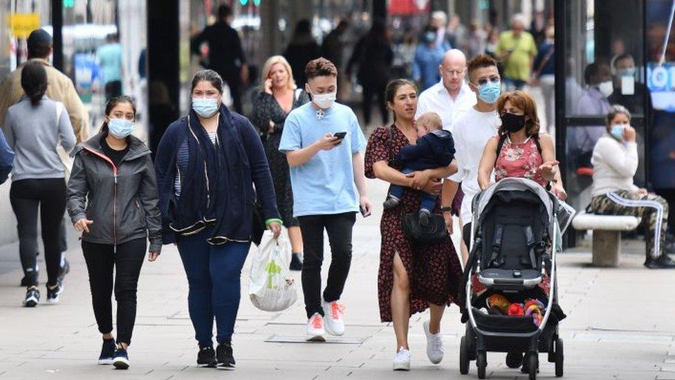 Personas caminando por la calle.