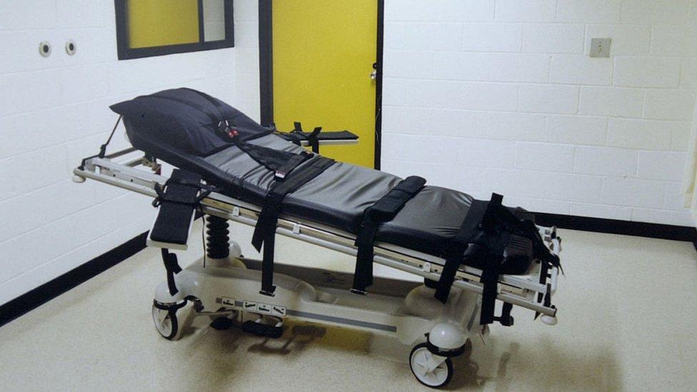 Una camilla de ejecución por inyección letal.
