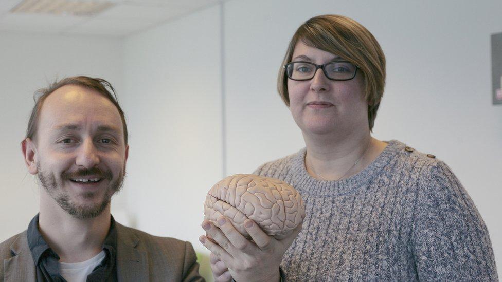 Doktor Džon Tauler i doktorka Džodi Dejvis-Tompson pozivaju ljude koji imaju probleme sa licima da im se jave