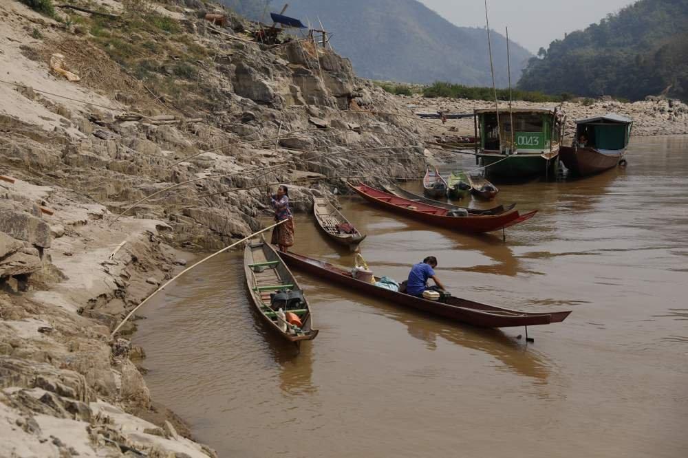 在老撾烏多姆賽省內的北本鎮鑾塘村(Luang Tong),只有一條進出的路:湄公河水道。