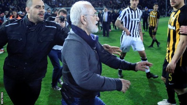 Predsednik PAOK-a Ivan Savidis izvinio se što je naoružan upao na teren