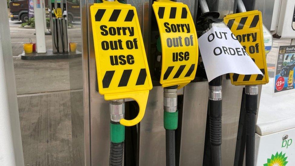 Bombas de gasolina cerradas en Sherbourne, Dorset, en el sur de Inglaterra