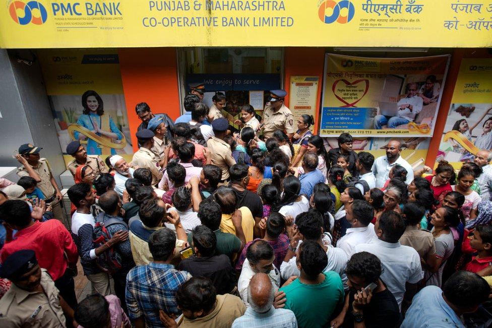 भारतीय रिज़र्व बैंक द्वारा 24 सितंबर, 2019 को मुंबई में बैंक पर विनियामक प्रतिबंध लगाने के बाद, पंजाब और महाराष्ट्र सहकारी बैंक लिमिटेड की एक शाखा में खाताधारकों की लंबी कतारें।