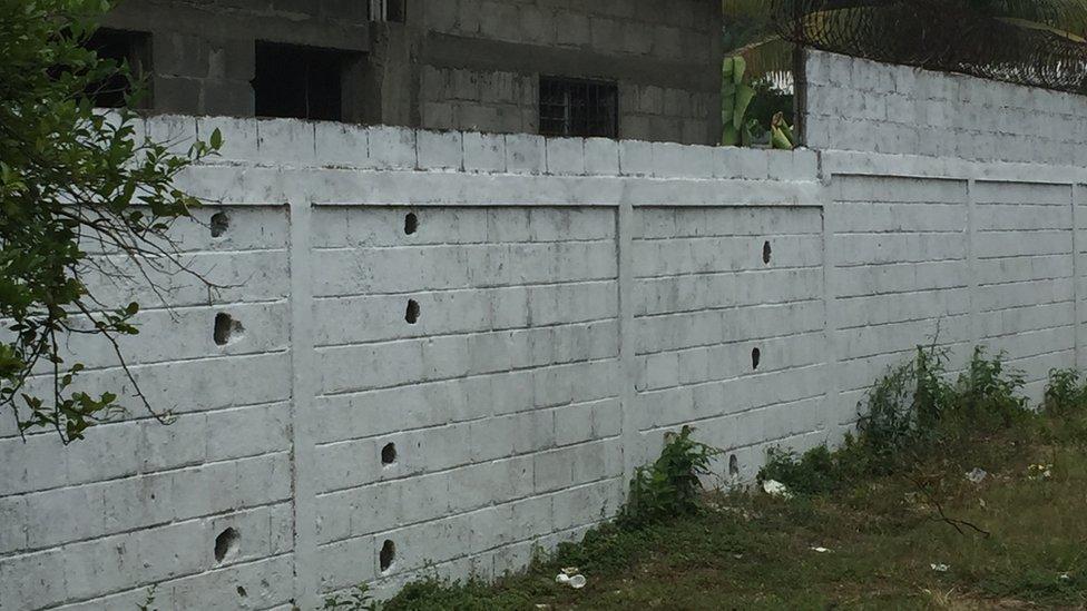 Vista del muro de la parte trasera del Instituto Técnico Chamelecón por donde entraban los miembros de pandillas.