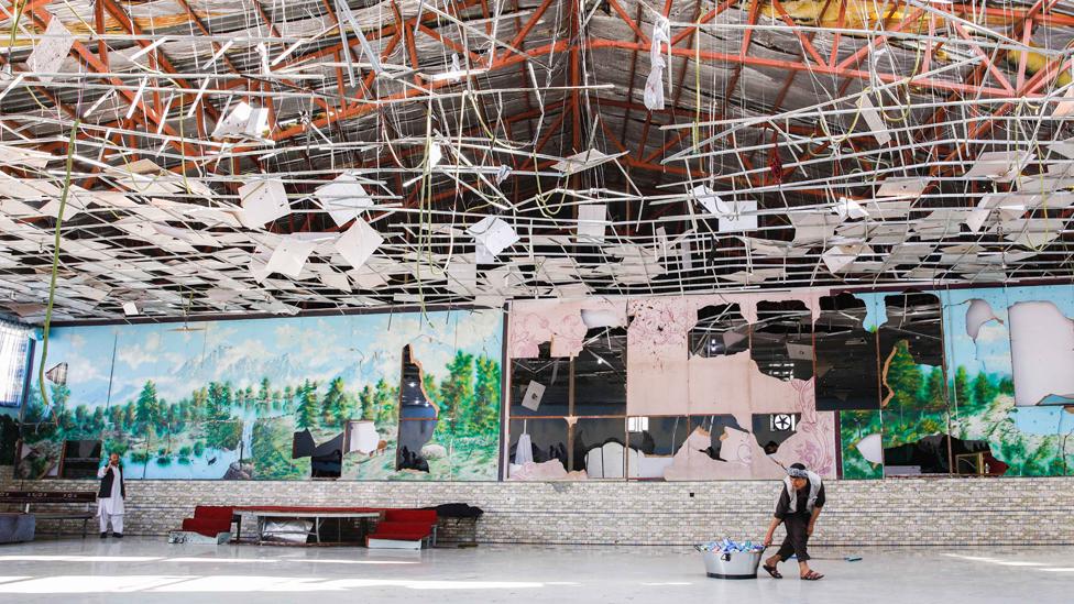 El salón nupcial en Kabul destrozado por la explosión.