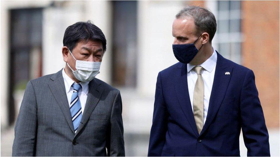 日本外相茂木敏充(左)與英國外交大臣拉布(右)。
