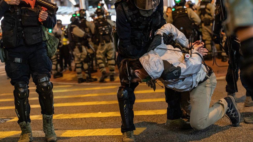 警方制服多人。