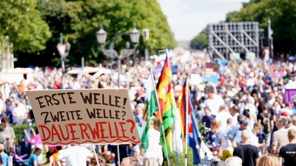 Protesto em Berlim contra medidas tomadas para controlar pandemia de covid-19