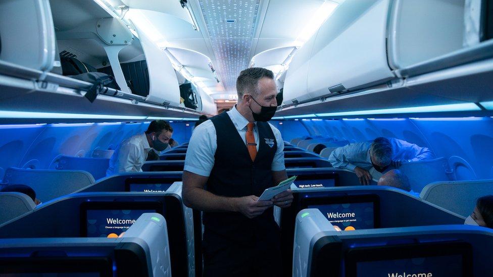 美國紐約肯尼迪國際機場一架捷藍航空往英國倫敦航班上空勤人員與乘客交談(11/8/2021)