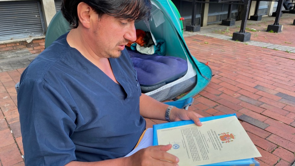 Juan Pablo Ovalle con documentos