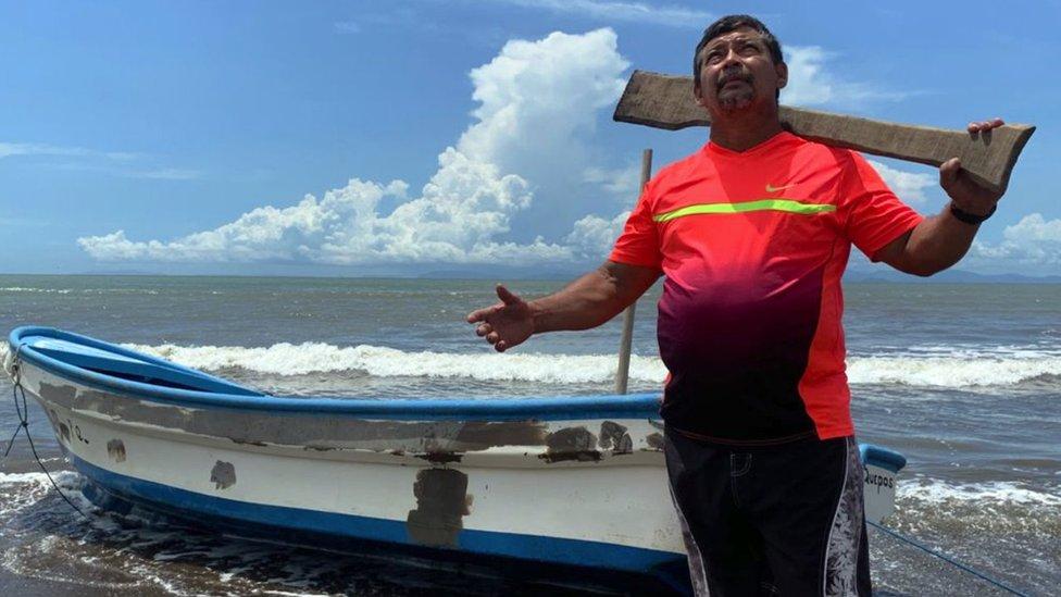 El pescador Emilio Chávez mira al cielo