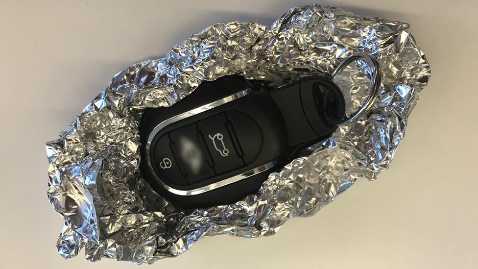 Llaves de auto envueltas en papel de aluminio.