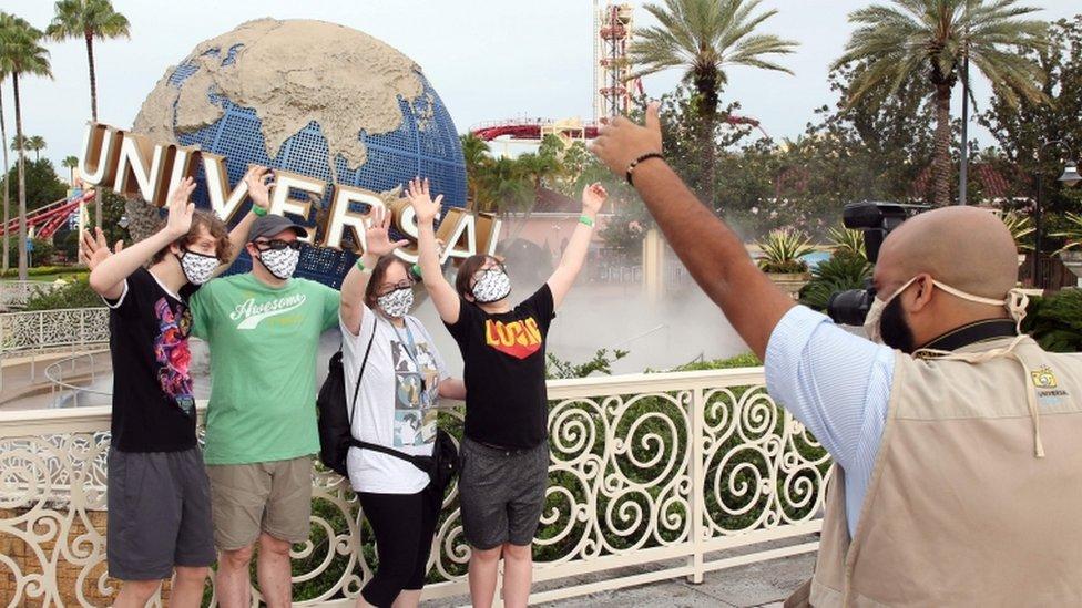Un grupo de turistas en el parque Universal en Florida.