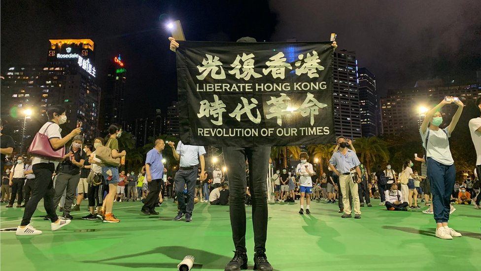 集會人士高舉各種「反修例」標語。