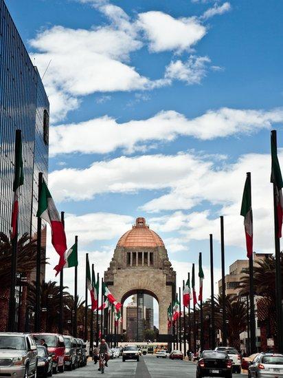 Avenida frente al Monumento de la Revolución Mexicana