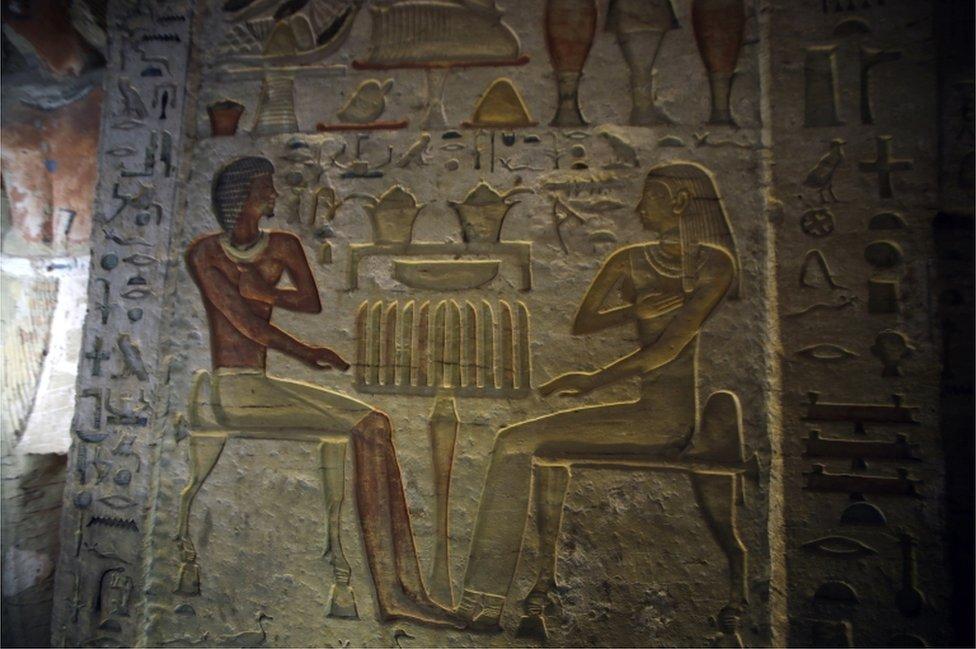 Las escenas de colores en las paredes representan al dueño -un sumo sacerdote- con su familia.
