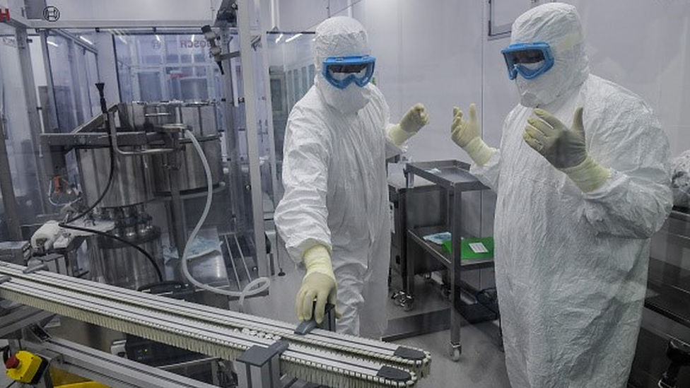 Trabalhadores na produção de vacinas no Instituto Butantan