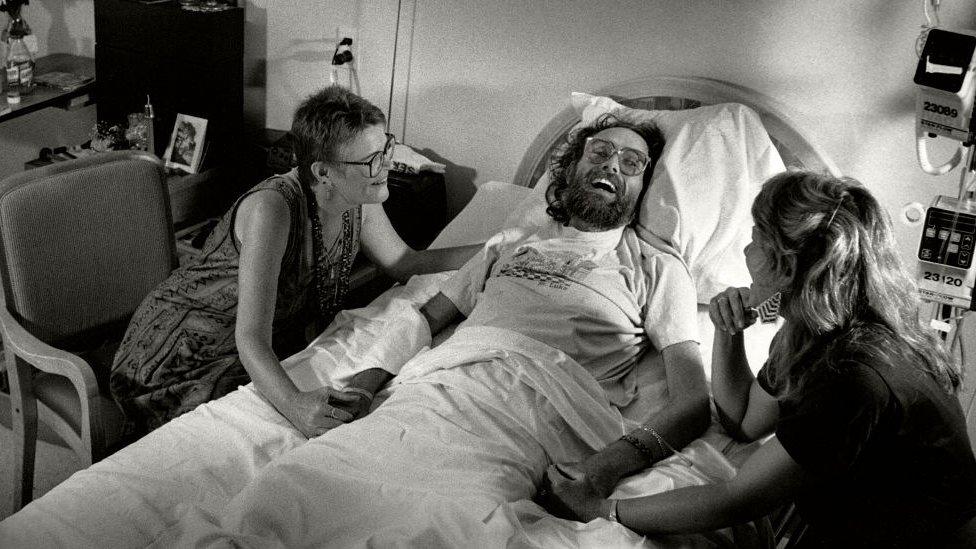 Un paciente de VIH siendo cuidado