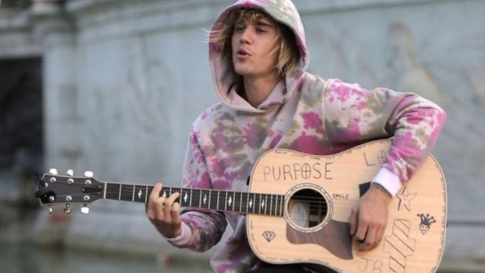 Justin Bieber serenades fiancee outside Buckingham Palace