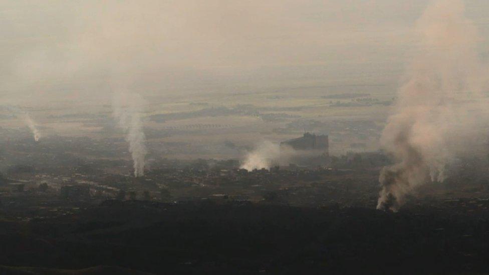 Sinyar, en el norte de Irak, con columnas de humo levantándose hacia el cielo.