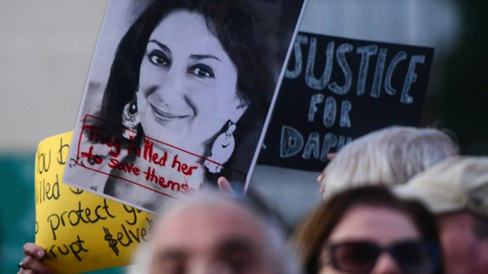 Demonstranti drže fotografiju ubijena novinarke Dafne Karuane Galisije