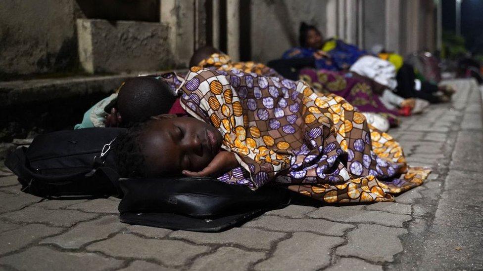 Personas durmiendo en la calle por la erupción del Volcán Nyiragongo