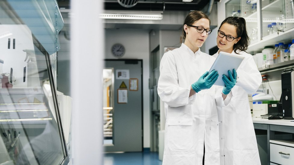 Dos científicas en un laboratorio