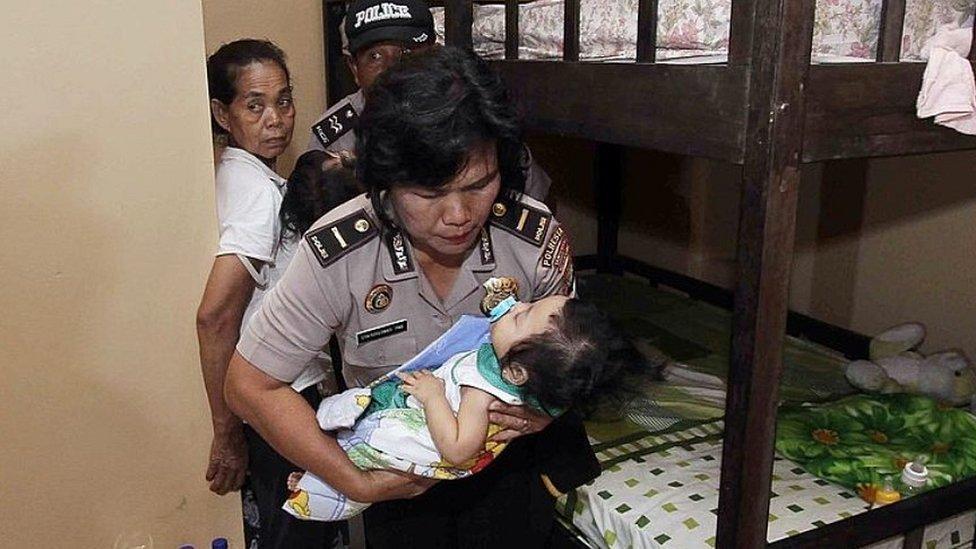 Una policía indonesia en una redada en un orfanato cerca de Jakarta en 2014.
