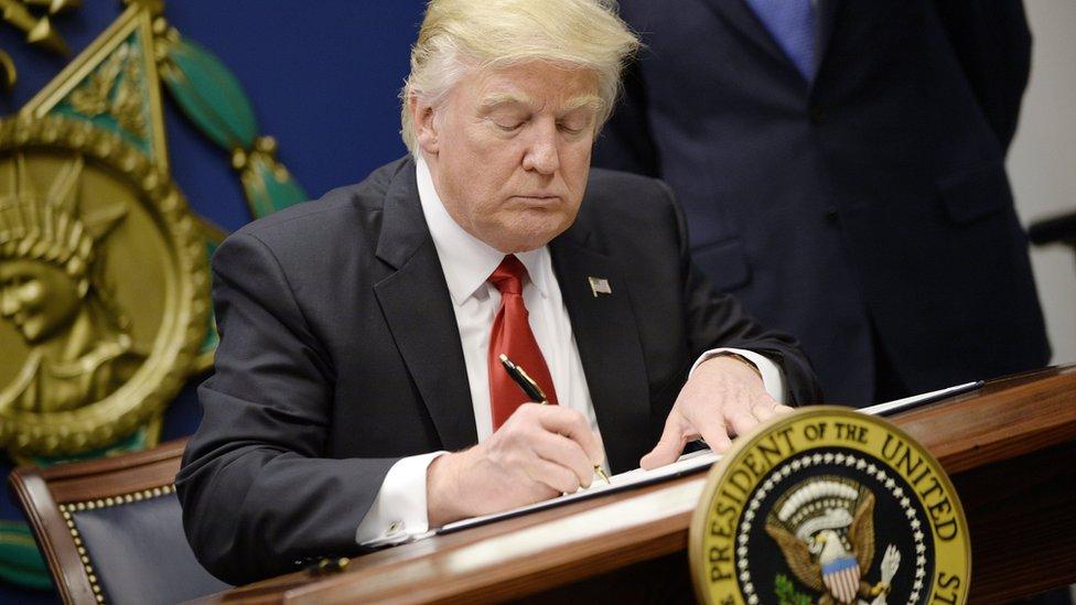El presidente de EE.UU., Donald Trump, firma una orden ejecutiva el 27 de enero de 2017