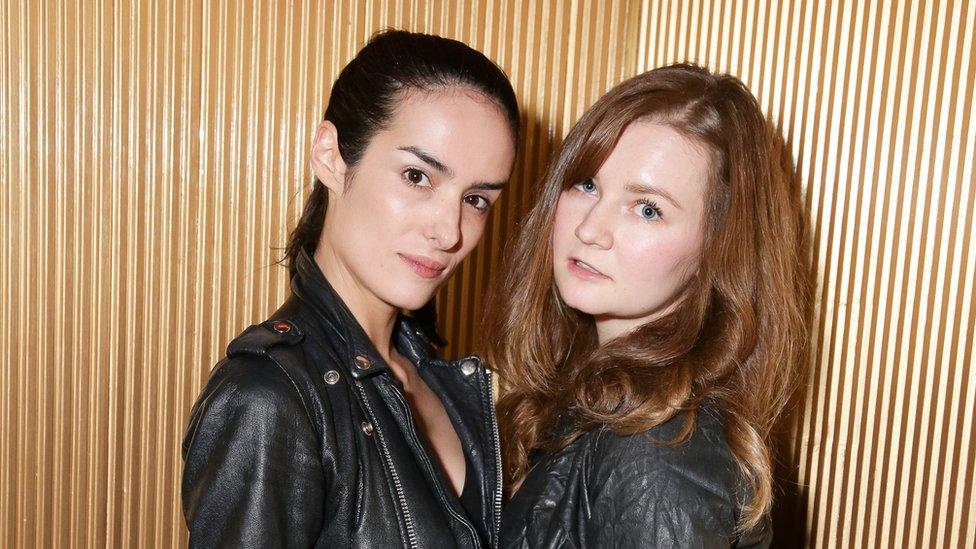 Elle Dee (izquierda) y Anna Delvey (Anna Sorokin, derecha)