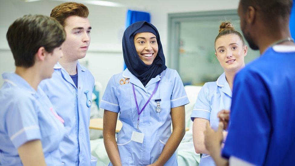 Mladi studenti medicine