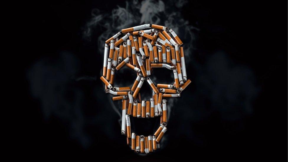 Una calavera formada con cigarrillos.