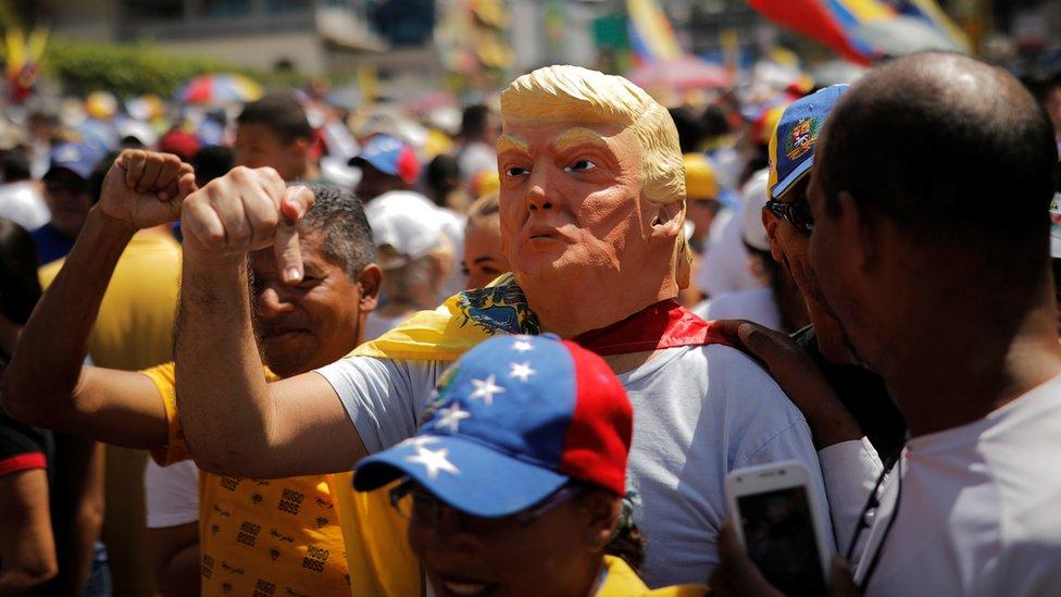 Venezolano con máscara de Donald Trump