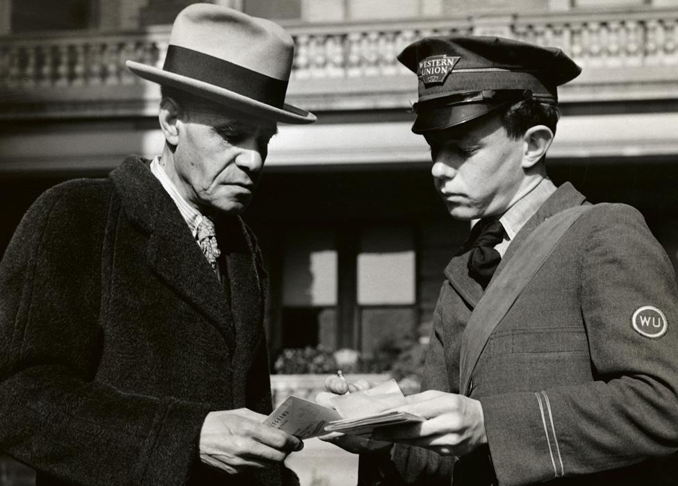 Un mensajero de Western Union entregando un telegrama, circa 1900.