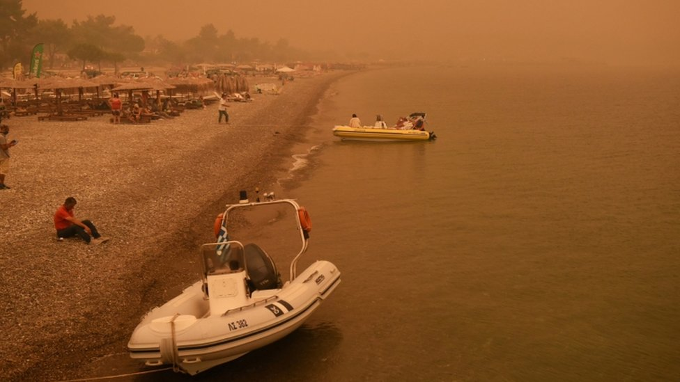 Humo y cielo anaranjado en la isla griega de Evia.