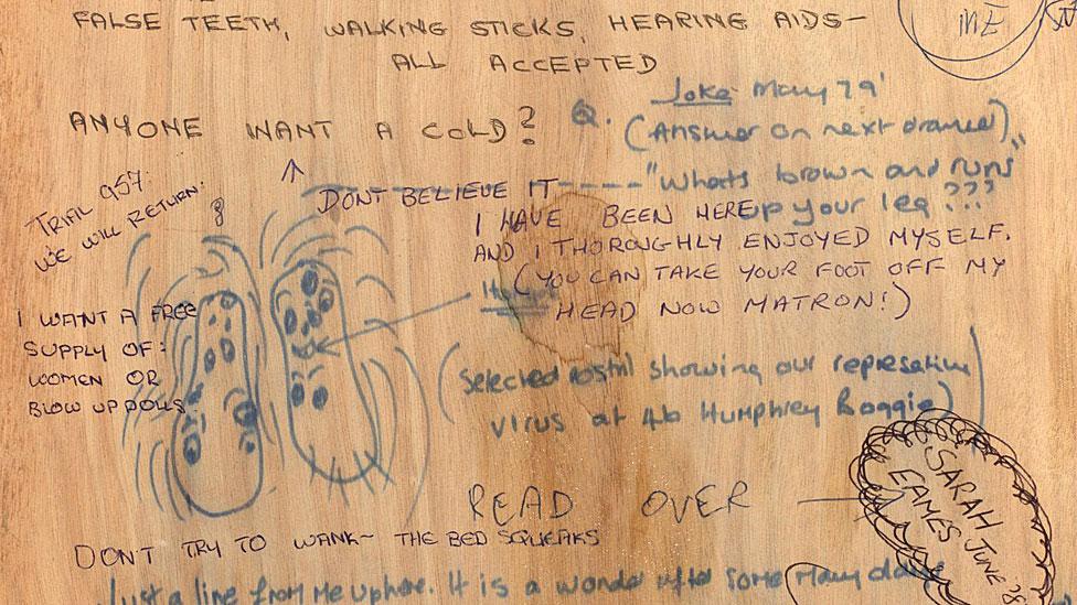 Detalle de escritorio de madera con grafiti